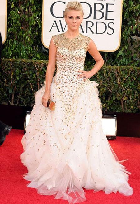جوليان هوغ,ارتدت الممثلة في سيف هافن فستان من التول المطرز بالابيض والذهبي من مونيك ولييه,وحقيبة من هوغ فيراغامو