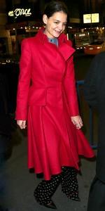 كاتي هولمز,ترتدي معطف من Carmen Sandiego مغري باللون الاحمر