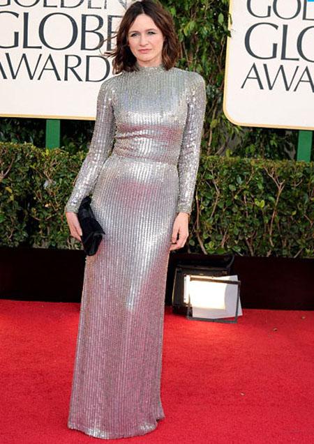 اميلي مورتيمر,ارتدت الممثلة في غرفة الاخبار فستان من الترتر الفضي باكمام طويلة