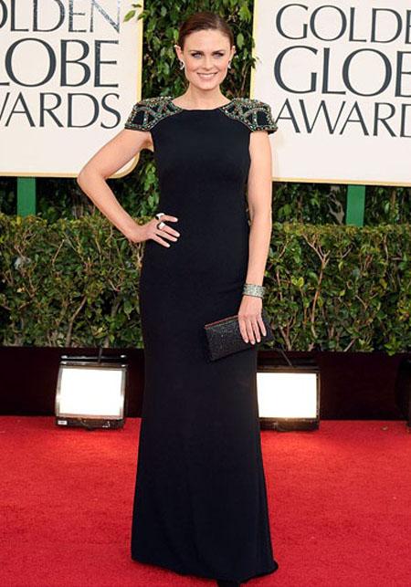 ايميلي ديشانيل,ارتدت ممثلة بوندز فستان بادغلي ميشكا كريب مع تفاصيل على الكتف