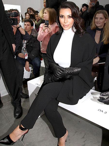 كيم كاردشيان,ترتدي ملابس فضفاضة للحمل باللون الابيض والاسود عند ذهابها لعرض ستيفان رولان