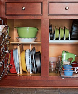 عشر افكار خلاقة لتنظيم تخزين صواني الخبز في مطبخك