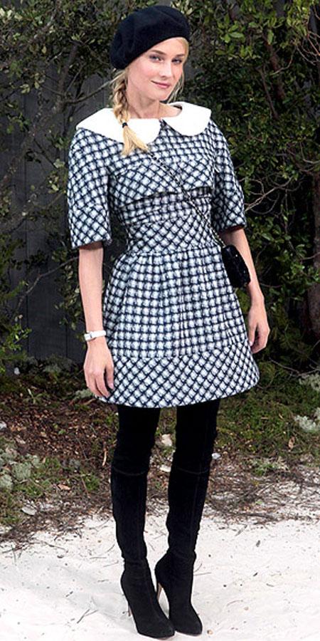 ديان كروغر,في فستان انيق بياقة بيضاء وحذاء طويل من بريان اتوود عند ذهابها لحضور عرض شانيل