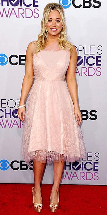 كيلي كوكو في فستان من الدانتيل
