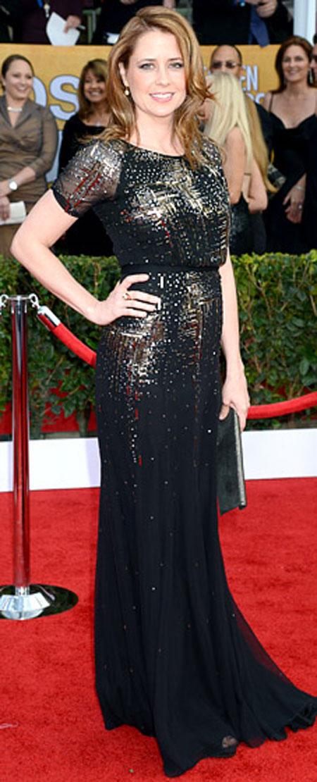 جينا فيشر,في فستان قصير الاكمام من جيني بيكهام مع الترتر الذهبي