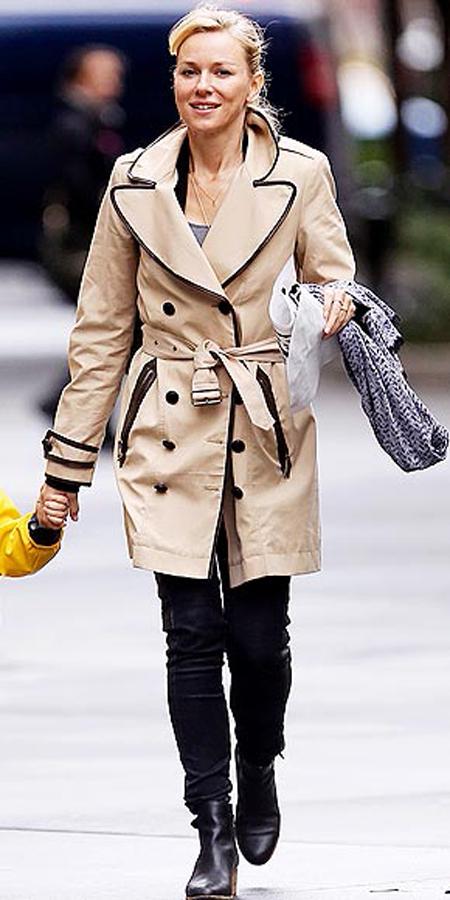 ناعومي واتس,في معطف كلاسيكي ترانش كوت يجب على كل امرأة ان تحتفظ بمثل هذا المعطف في خزانتها