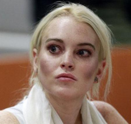 ليندسي لوهان ظهرت بخدود داكنة ووجه شاحب مع مكياج عيون عسلي خاطيء