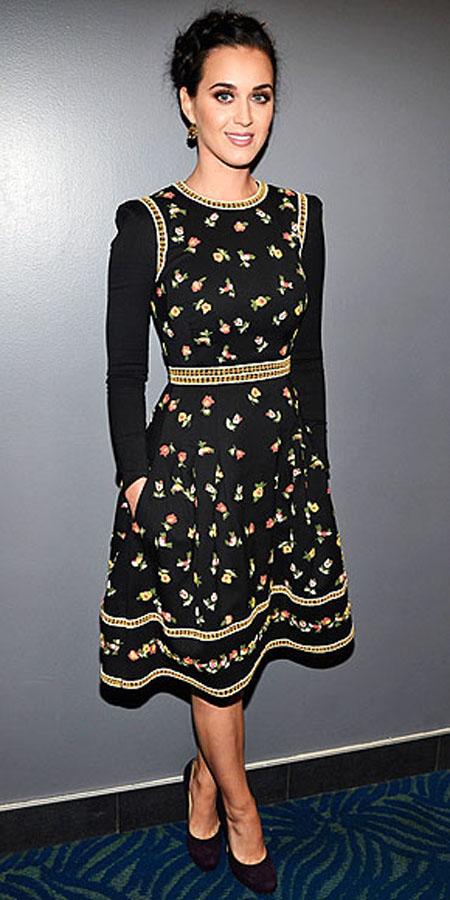 كاتي بيري في فستان بسيط من فالنتينو