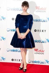 فيليستي جونز في فستان من المخمل الازرق