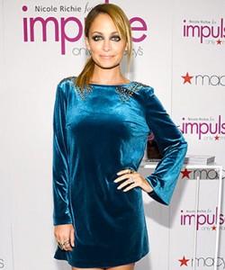 نيكول ريتشي في فستان من المخمل الازرق