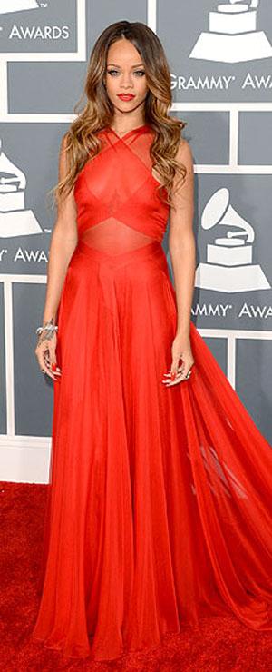 ريانا,ارتدت فستان احمر من تصميم عليا عز الدين,ومجوهرات من نيل لان,وحذاء من مانولو بلانك
