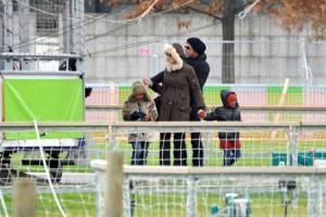 ارتدت انجلينا في رحلة لباريس مع براد والعائلة جاكيت BCBG Max Azria fur