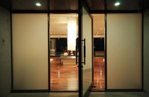 تصاميم ابواب رئيسية زجاج مع خشب