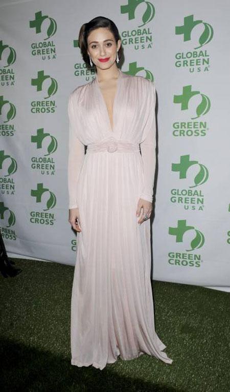 بدت ايمي روسوم كالشبح في هذا الثوب الابيض من تصميم صوفيا كوكوسالاكي