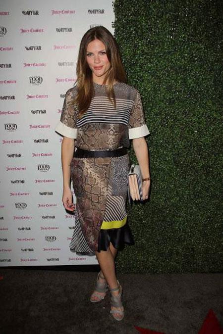 بروكلين ديكر ترتدي فستان بتصميم من جلد الثعبان مع الخطوط.