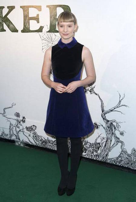 ميا ويسكاوشكا ارتدت فستان مخمل جميل ولكنه غير متناسب مع تسريحة شعرها وشكلها.