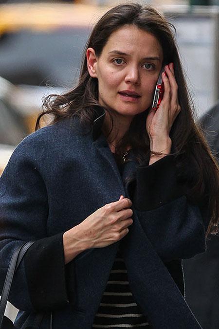 كيتي هولمز ظهرت كيتي هولمز بدون مكياج وهي تتحدث على هاتفها الخليوي بينما كانت في نزهة في مدينة نيويورك يوم 25 فبراير