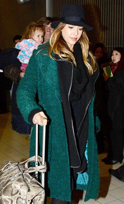 جيسيكا البا,بدت انيقة ودافئة بعد وصولها على متن رحلة من لوس انجلوس الى باريس وهي ترتدي معطف بلون الزمرد الاخضر