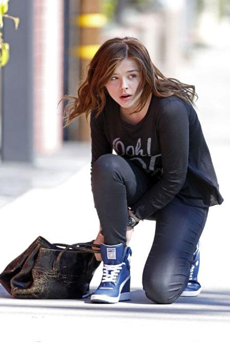 كلو مورتيز ظهرت الممثلة الشابة كلو مورتيز في لوس انجلوس وهي ترتدي ملابس كاجول وبدون ان تضع مكياج على وجهها.