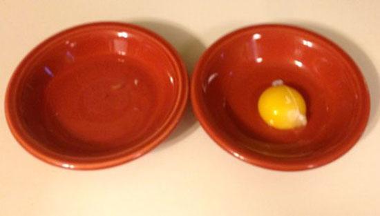 الضغط على العبوة من الوسط ثم تركها ببطء.سوف تقوم الزجاجة بسحب صفار البيض داخل الزجاجة