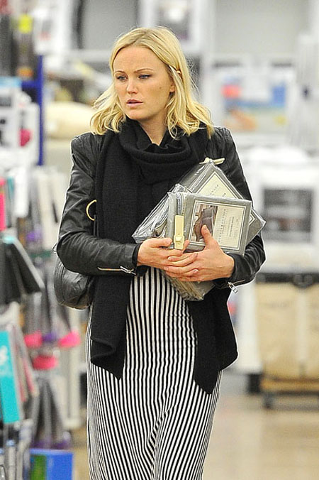 مالين اكرمان ان عدم وضع مالين للمكياج على وجهها اظهر توهج وجهها الطبيعي بسبب الحمل اثناء تسوقها في هوليوود