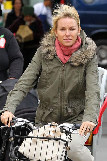 ناعومي واتس ان ناعومي لاتخشى اظهار جانبها الطبيعي وركوب دراجتها بدون وضع اي مكياج على وجهها في مدينة نيويورك