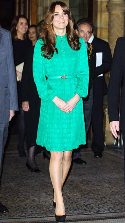كيت ميدلتون,اختارت دوقة كامبريدج ثوب بلون الزمرد الاخضر عندما ظهرت في  London event في توفمبر تشرين الثاني 2012