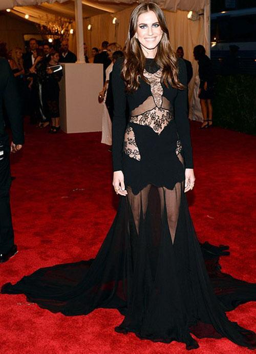 اليسون وليامز,ارتدت فستان قوطي من Altuzarra