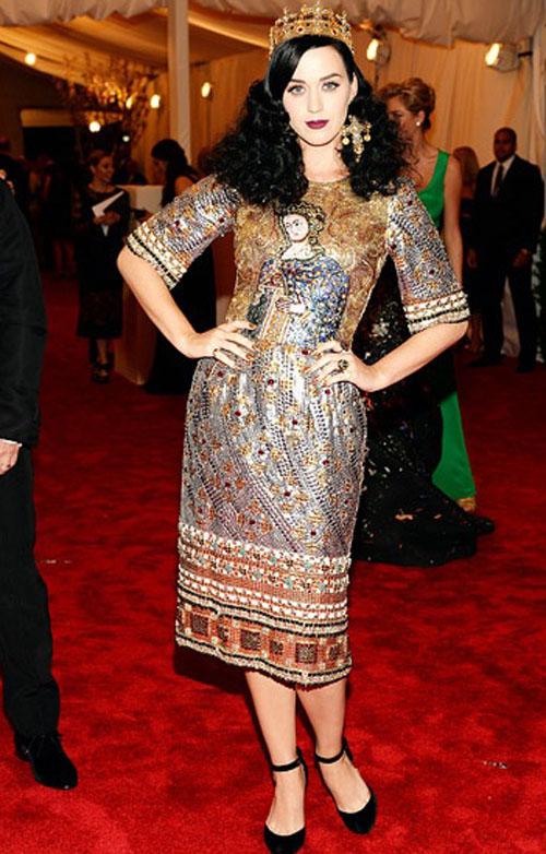 كاتي بيري,ارتدت فستان من دولتشي اند غابانا لخريف 2013
