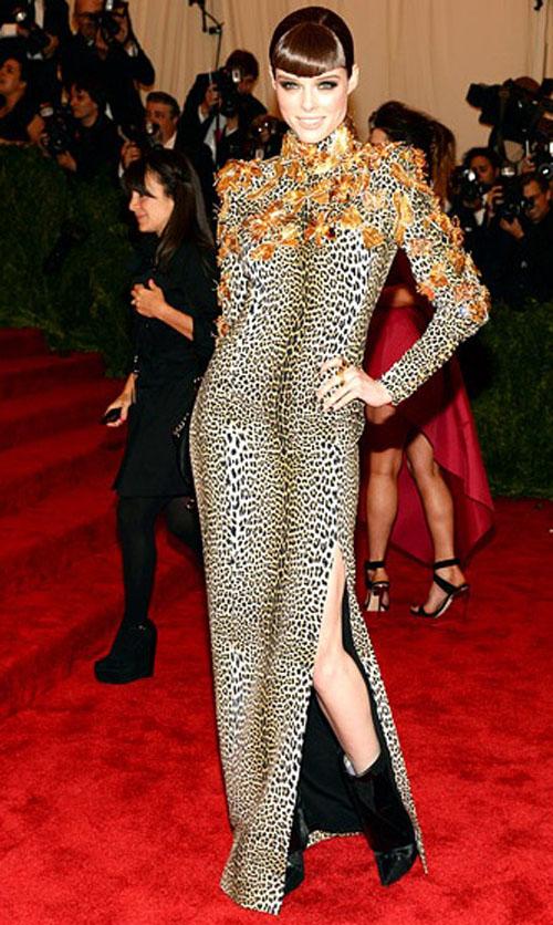 كوكو روشا ارتدت فستان بمطبوعات الفهد من فاوستو بوجليسي