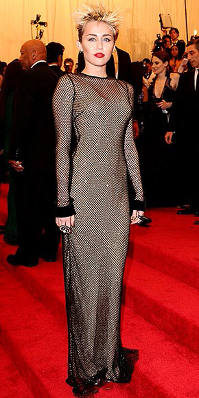مايلي سايروس,في فستان من مارك جاكوبس