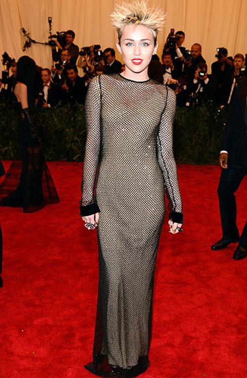 مايلي سايروس,ارتدت فستان من مارك جاكوبس