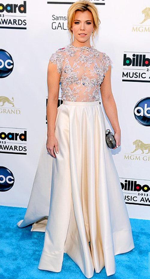 كيمبرلي بيري,ارتدت فستان مطرز من الاعلى مع تنورة بلون العاج من مارك زينونو