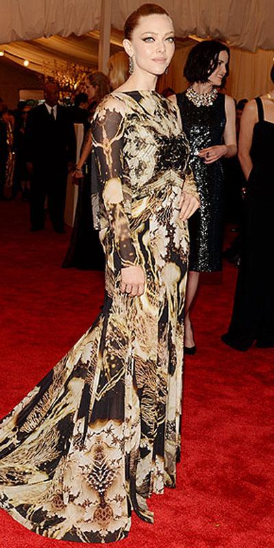 اماندا سيفريد,في فستان من جيفنشي