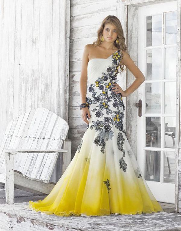 فستان سهرة حرير حورية البحر لون ابيض بنهاية لون اصفر بمطبوعات ورد