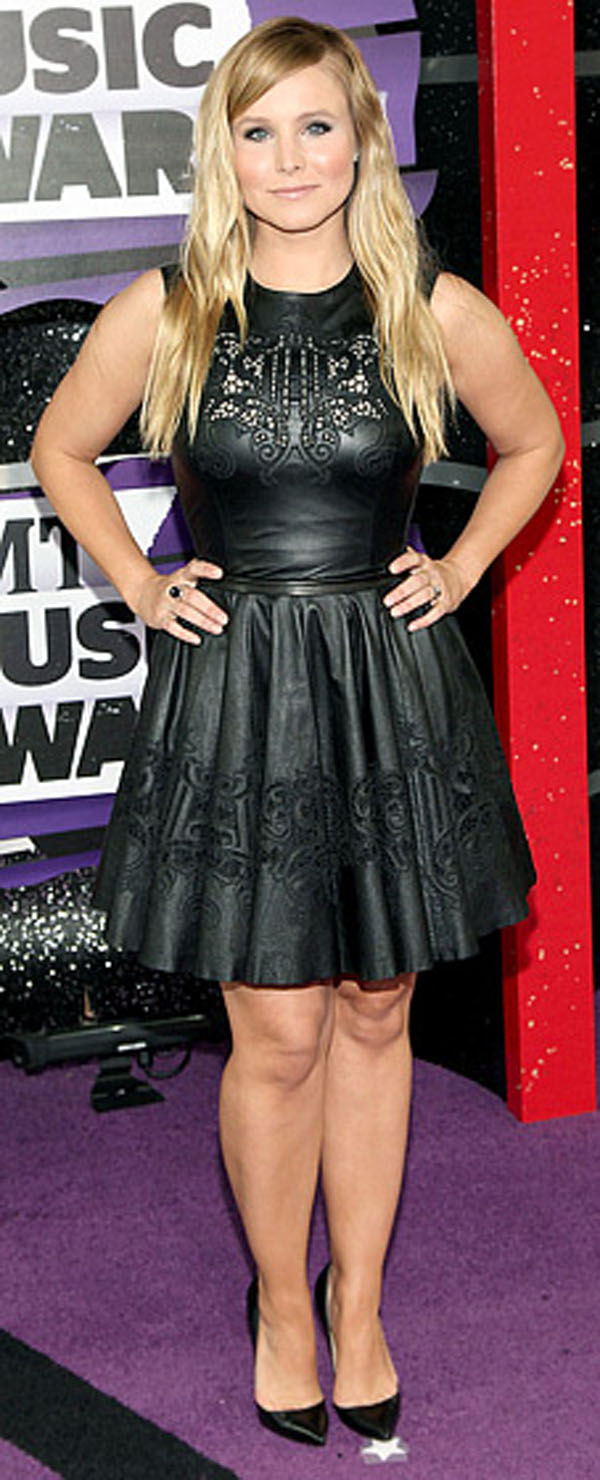 كريستين بيل,ارتدت فستان من الجلد الاسود من تصميم زهير مراد