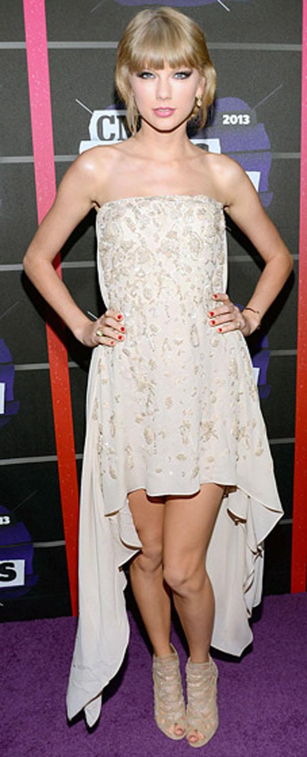 تايلور سويفت,تالقت في فستان من الحرير جورجيت مع تفصيل مطرز من تصميم ايلي صعب