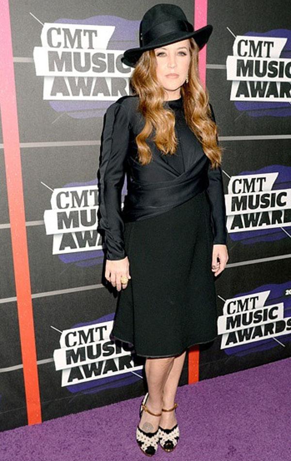 ليزا ماري بريسلي,ارتدت فستان اسود باكمام طويلة وحذاء باللونين الابيض والاسود