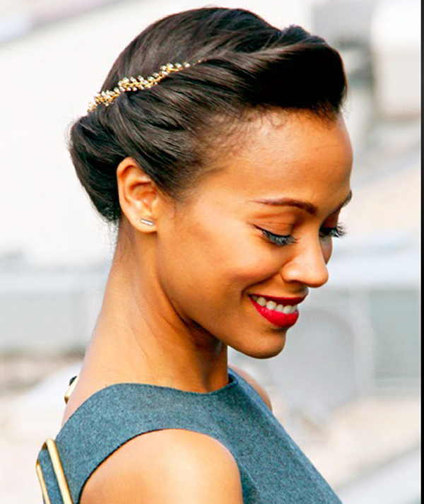تويست اند رول مثل تسريحة زوي سالدانا البسيطة التي استخدمت فيها امشاط الشعر المرصعة بالجواهر